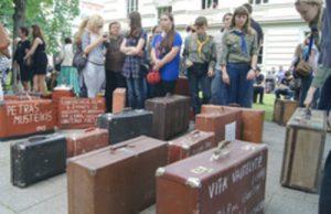 Stare walizkami z nazwiskami zesłanych na Syberię  Fot. Marian Paluszkiewicz