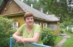Pani Janina lubi sobie czasem przez płot na wieś spojrzeć, podumać o czymś Fot. Marian Paluszkiewicz