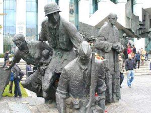 Pomnik Powstania Warszawskiego jest jednym z najczęściej odwiedzanych przez młodych Polaków miejscem pamięci historycznej Stanisław Tarasiewicz
