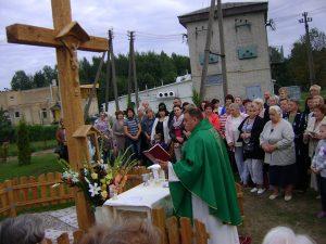 Ks. Wacław Wołodkowicz dokonuje poświęcenia Krzyż Fot. Aleksander Borowik