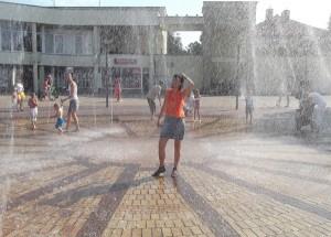 Ochłody każdy szukał gdzie mógł. Na przykład w fontannie Fot. Lucja Stankevičiūtė