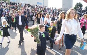 Maturzyści odprowadzili pierwszaków do klas. Tak samo, jak sami zostali odprowadzeni przez starszych kolegów przed 12 laty...   Fot. Marian Paluszkiewicz