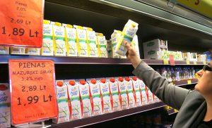 """W sklepie """"Solo"""" można kupić 2–procentowe polskie mleko """"Mlekpol Smak"""" za 1,89 Lt, a 3,2–proc. jedynie za 1,99 Lt  Fot. Marian Paluszkiewicz"""