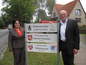 O podpisaniu umowy informuje tablica pamiątkowa ustawiona przy wjeździe do Birkenwerder             Fot. ASRW