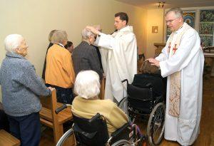 Eucharystia sprawowana była w intencji seniorów, ich rodzin oraz personelu tu pracującego Fot. Marian Paluszkiewicz