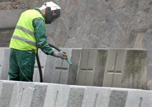 Po piaskowaniu żołnierskie pomniki wyglądają o wiele lepiej niż poprzednio      Fot. Marian Paluszkiewicz