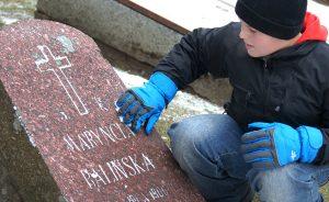 """Dotknąć historii... na """"cmentarzu uczonych"""" w Jaszunach  Fot. Marian Paluszkiewicz"""