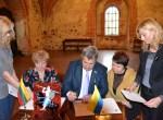 Uroczysty moment złożenia podpisów pod umową o współpracy