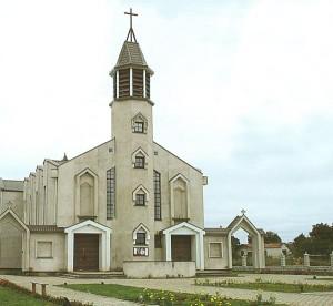 ) W Kowalczukach, przy kościele pw. Miłosierdzia Bożego, w roku 2007 wzniesiono pierwszy na Litwie pomnik Jana Pawła II.