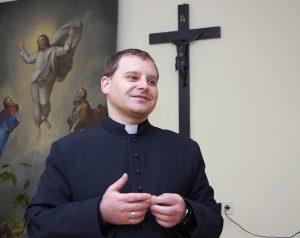 Ksiądz Rusłan  miłością opowiada o swoich parafianach i pracy z nimi Fot. Marian Paluszkiewicz