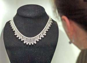 Tylko po skrupulatnym procesie szlifowania mętny diament staje się przezroczystym brylantem<br/>Fot. Marian Paluszkiewicz