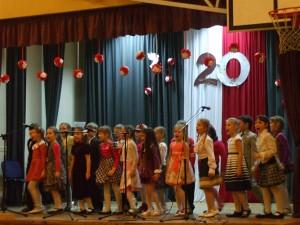 Najmłodsi uczniowie szkoły pewnie czują się na scenie