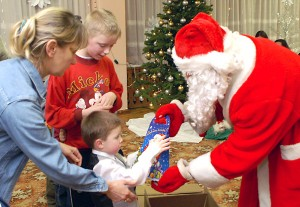 Sam moment wręczania prezentów przez Mikołaja jest fantastycznym przeżyciem Fot. Marian Paluszkiewicz