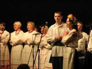 Soliści Barbara Suckiel oraz Zdzisław Palewicz wykonali kilka pieśni ludowych. Były to ze szczerego serca płynące melodie... Fot. Teresa Markiewicz
