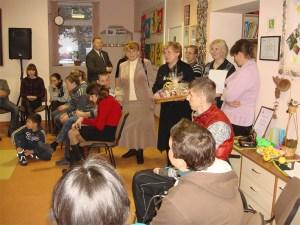 Mer Maria Rekść oraz kierowniczka Wydziału Opieki Socjalnej Stefania Stankewicz składają życzenia wolontariuszom.