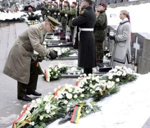 W niedzielę na wileńskim cmentarzu na Antokolu na grobach ofiar agresji radzieckiej złożono kwiaty Fot. ELTA
