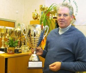 Gintautas Bartkus pokazuje liczne puchary zdobyte przez uczniów Wileńskiej Szkoły Sportu Wodnego Fot. Marian Paluszkiewicz