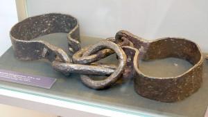Kajdany na nogi — po upadku powstania taki los spotkał tysiące jego uczestników Fot. Marian Paluszkiewicz