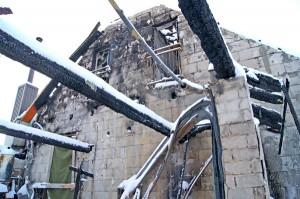 Z dachu pozostały jedynie czarne kikuty opalonych bierwion. W miejscu, gdzie był garaż — dosłownie czarny oczodół przykryty zwęglonymi bierwionami Fot. Marian Paluszkiewicz