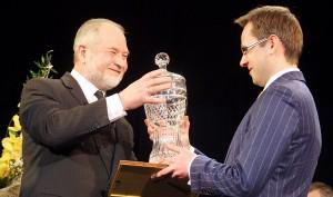 """Nagrodę główną dla """"Polaka Roku 2012"""" wręcza wydawca """"Kuriera Wileńskiego"""" Zygmunt Klonowski Fot. Marian Paluszkiewicz"""