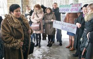 Posłankę Audronė Pitrėnienė w Wojdatach spotkali protestujący rodzice Fot. Marian Paluszkiewicz