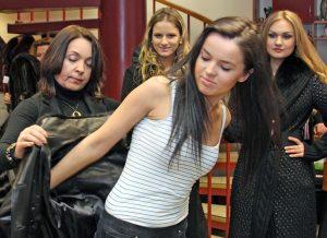 Przymiarka dostarczyła dziewczynom wiele emocji Fot. Marian Paluszkiewicz