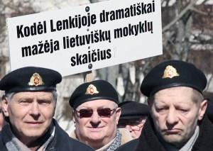 Protestujący wypomnieli Polsce również zamykanie litewskich szkół, mimo że decyzję o likwidacji trzech litewskich placówek podjęli miejscowi Litwini   Fot. Marian Paluszkiewicz