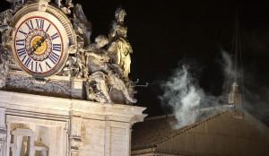 Nad Kaplicą Sykstyńską uniósł się biały dym, co oznaczało, że kardynałowie wybrali nowego papieża Fot. EPA-ELTA