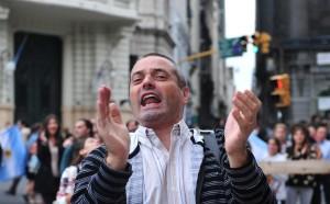 """W Watykanie zapanowała euforia, ludzie machali flagami papieskimi i śpiewali """"Viva Papa""""! Fot. EPA-ELTA"""