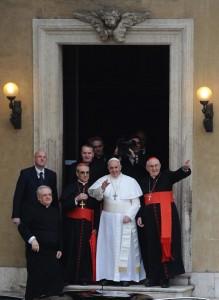 Prosta biała sutanna i piuska, papieskie minimum ― oto skromny styl zaprezentowany przez nowego papieża Franciszka Fot. EPA-ELTA