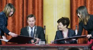 Prezydent Warszawy Hanna Gronkiewicz-Waltz i mer miasta Wilna Artūras Zuokas podpisali deklarację o współpracy obu miast partnerskich