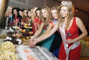 Tradycyjne krojenie tortu przez laureatki konkursu Fot. Marian Paluszkiewicz