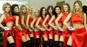 """Atrakcyjne """"lady wamp"""" w jaskrawych czerwonych strojach Fot. Marian Paluszkiewicz"""