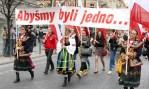 """Uczestnicy pochodu przybyli z transparentami """"Abyśmy byli jedno…"""" Fot. Marian Paluszkiewicz"""
