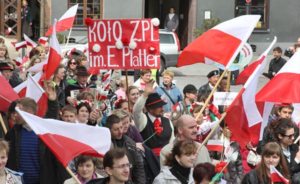 Uczestnicy pochodu spod Sejmu wyruszyli w polskich strojach ludowych, z polską pieśnią na ustach, z flagami biało-czerwonymi oraz flagami litewskimi i Unii Europejskiej Fot. Marian Paluszkiewicz