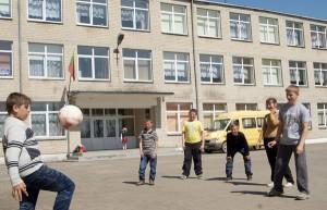 Pogoda dopisuje, by podczas przerwy pokopać piłkę Marian Paluszkiewicz