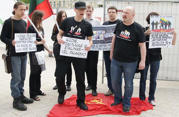 """Dalia Grybauskaitė organizatorów marszów pod hasłami """"Litwa dla Litwinów"""" troskliwie nazywa """"młodzieżą narodową"""" Fot. Marian Paluszkiewicz"""