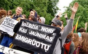 Studenci są w trudnej sytuacji: drogie studia zmuszają często młodzież do emigracji  Fot. Marian Paluszkiewicz