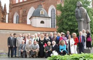 """Wspólne zdjęcie przy pomniku Wieszcza ma tak samo 20-letnią tradycję jak """"Maj nad Wilią""""  Fot. Marian Paluszkiewicz"""