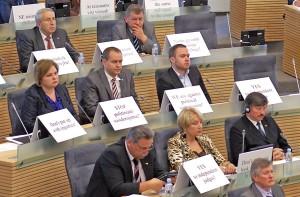 """Posłowie Partii Pracy umieścili przed sobą plakaty z hasłami przeciwko stosowaniu """"podwójnych standardów"""" Fot. Marian Paluszkiewicz"""