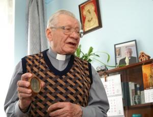 Jak wielką relikwię ksiądz przechowuje mały obrazek Matki Bożej Ostrobramskiej z 1941 roku Fot. Marian Paluszkiewicz