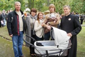 Ks. Józef Aszkiełowicz ze swoją rodziną: bratem Tadeuszem, jego żoną Anną, bratankiem Wojciechem z żoną Elą i maleńkim Robertem