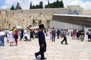 Pielgrzymi przy Ścianie Płaczu w Jerozolimie Fot archiwum