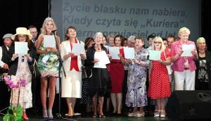 """Jubileuszowa uroczystość zakończyła się sentymentalnym akcentem, wszyscy razem zaśpiewali hymn """"Kuriera Wileńskiego"""" Fot. Marian Paluszkiewicz"""