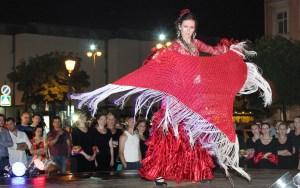 Gorący taniec wirujących kobiet niczym magnez przykuł uwagę widzów Fot.  Marian Paluszkiewicz
