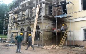 Wokół pałacu w Jaszunach trwają intensywne prace remontowe Fot. Anna Pieszko