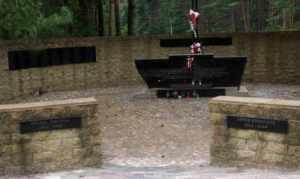 Złodzieje ukradli metalową bramkę z Polskiej Kwatery Memoriału Ponarskiego<br>Fot. Rajmund Klonowski