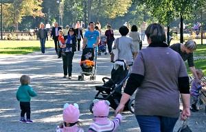 Od pierwszej chwili w Ogrodzie Bernardyńskim jest pełno ludzi Fot. Marian Paluszkiewicz