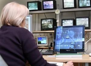 Informacja z kamer trafia do centrum monitorowania w Głównym Komisariacie Policji Okręgu Wileńskiego Fot. Marian Paluszkiewicz