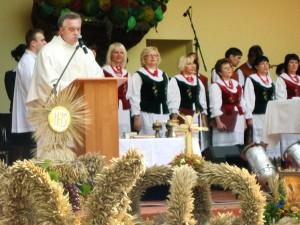 Podczas Mszy św. dziękczynnej ks. Witold Zuzo błogosławił i dziękował rolnikom Fot. Anna Pieszko